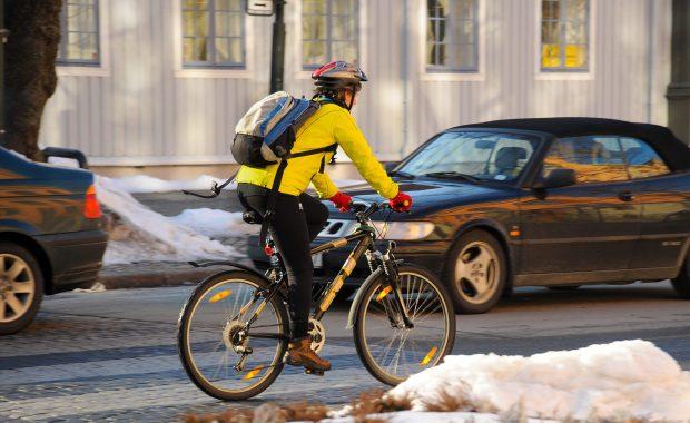 Syklist i trafikken.