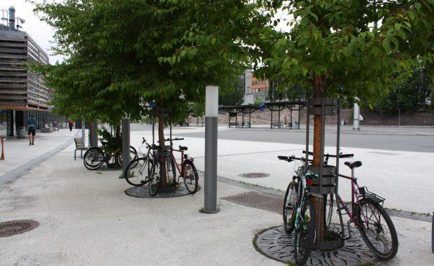 Mange sykler kjemper om å få en plass ved Lillehammer togstasjon.