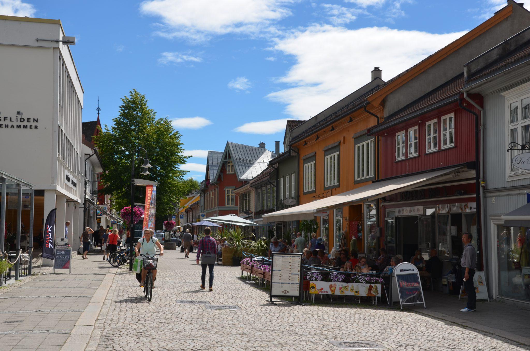 Gågata i Lillehammer en sommerdag.