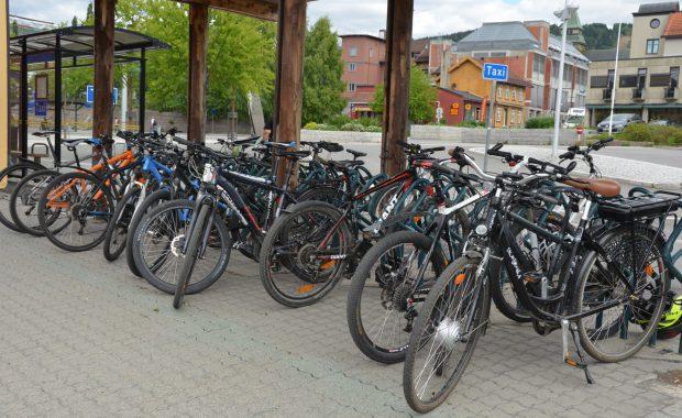 Sykkelparkering ved Lillehammer togstasjon.