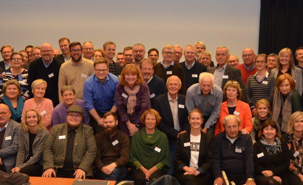 Gruppebilde av de rundt 100 personene som deltok på det politiske verkstedet.