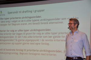 Prosjektleder Jomar Lygre Langeland på scenen.