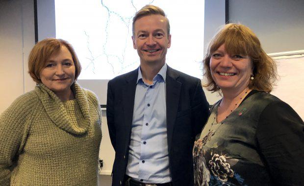 Leder av Transportkomiteen på Stortinget, Helge Orten (H), står sammen med leder av Komité for samferdsel og trafikksikkerhet i Oppland Anne Elisabeth Thoresen (Ap) og fylkesråd i Hedmark Anne Karin Torp Adolfsen (Ap).